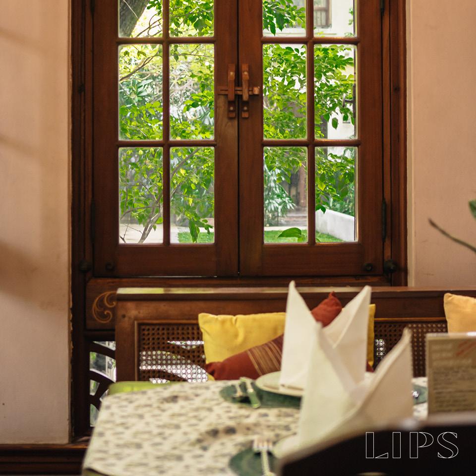 หน้าต่างทึบซ่อนลูกเล่นบานกระทุ้งไว้ภายใน เพื่อให้สอดคล้องกับการใช้งานในภูมิอากาศเมืองไทย
