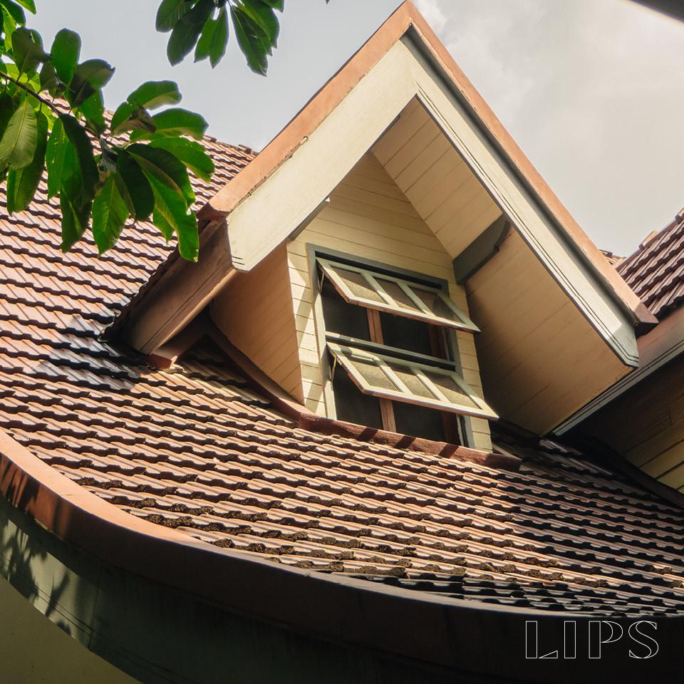 หลังคาสูงปลายโค้ง กลิ่นอายของบ้านไทยสมัยโบราณ